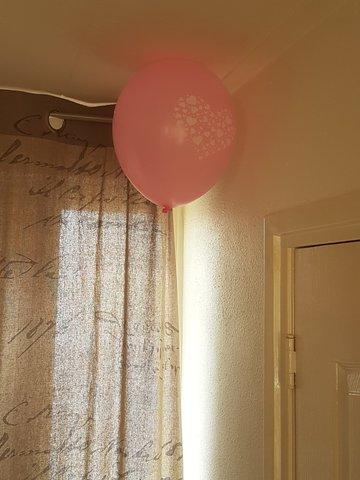 Ballonnen aan plafond, muur of raam met dots-doorzichtig-verwijderbaar-goedkoop alternatief voor helium